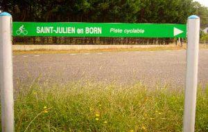 Cartel de dirección hacia Saint Julien en Born