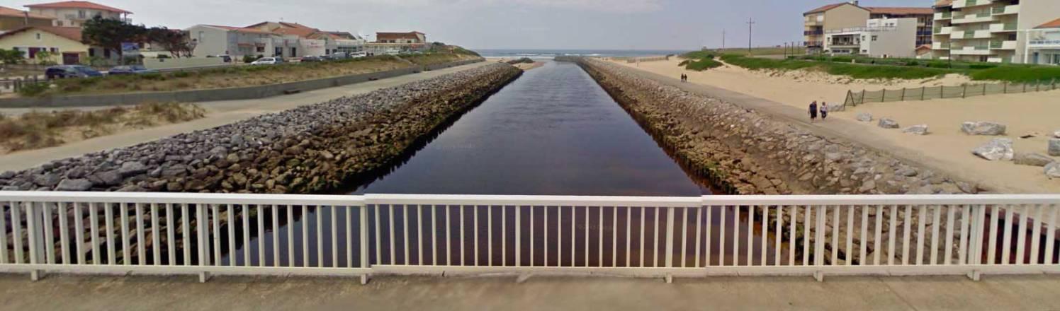 Puente sobre la Ría de Mimizan a su llegada al mar